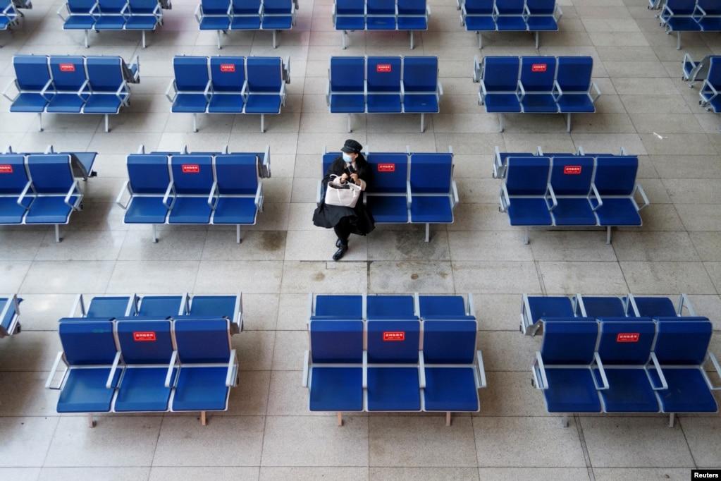 春节前夕一名乘客在北京南站候车室等车。(2021年2月10日)(photo:VOA)