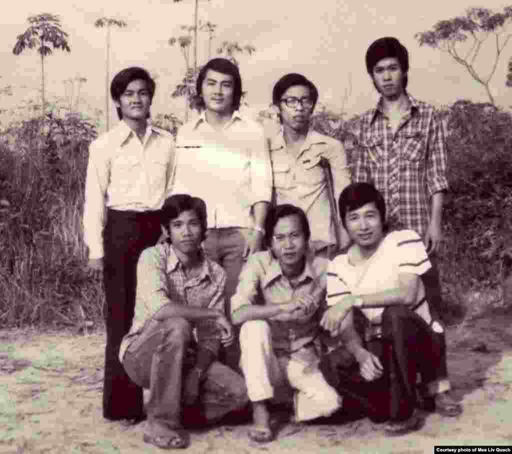 ក្នុងរូបថតនេះ លោក គួជ មាលីវ ថតរូបជាមួយជនភៀសខ្លួនខ្មែរមួយក្រុម ដែលបានរៀនភាសាអង់គ្លេសពីរូបលោក នៅក្បែរចម្ការអំពៅដែលបានដាំដោយជនភៀសខ្លួនខ្មែរនៅជំរំ Minh Tan 1 ប្រទេសវៀតណាម កាលពីឆ្នាំ ១៩៨៥។ (រូបថតផ្តល់ឲ្យដោយលោក គួជ មាលីវ)