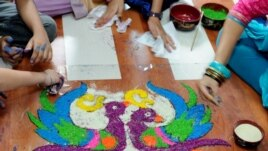Những hình vẽ từ bột màu, một hoạt động trong lễ Tẩy rửa quá khứ