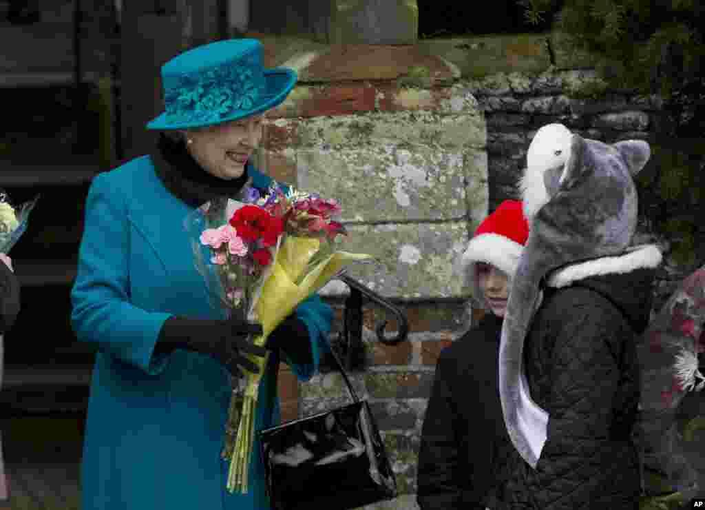 Короліва Великобританії Єлизавета отримує квіти від дітей після святкової служби.