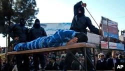 یک عکس آرشیوی از اجرای مجازات شلاق در ایران.