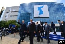 지난 2018년 9월 조명균 당시 한국 통일부 장관, 리선권 북한 조국평화통일위원회 위원장 등이 개성공단 내 남북공동연락사무소 개소식에 참석했다.