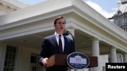 Jared Kushner donne une conférence de presse à la Maison Blanche après sa comparution devant le Comité du renseignement du Sénat dans le cadre de leur enquête sur l'ingérence russe lors des élections présidentielles américaines de 2016 à Washington le 24 juillet 2017.
