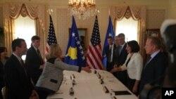 Državna tajnica Clinton s kosovskom predsjednicom i premijerom u New Yorku 19. rujna 2011.