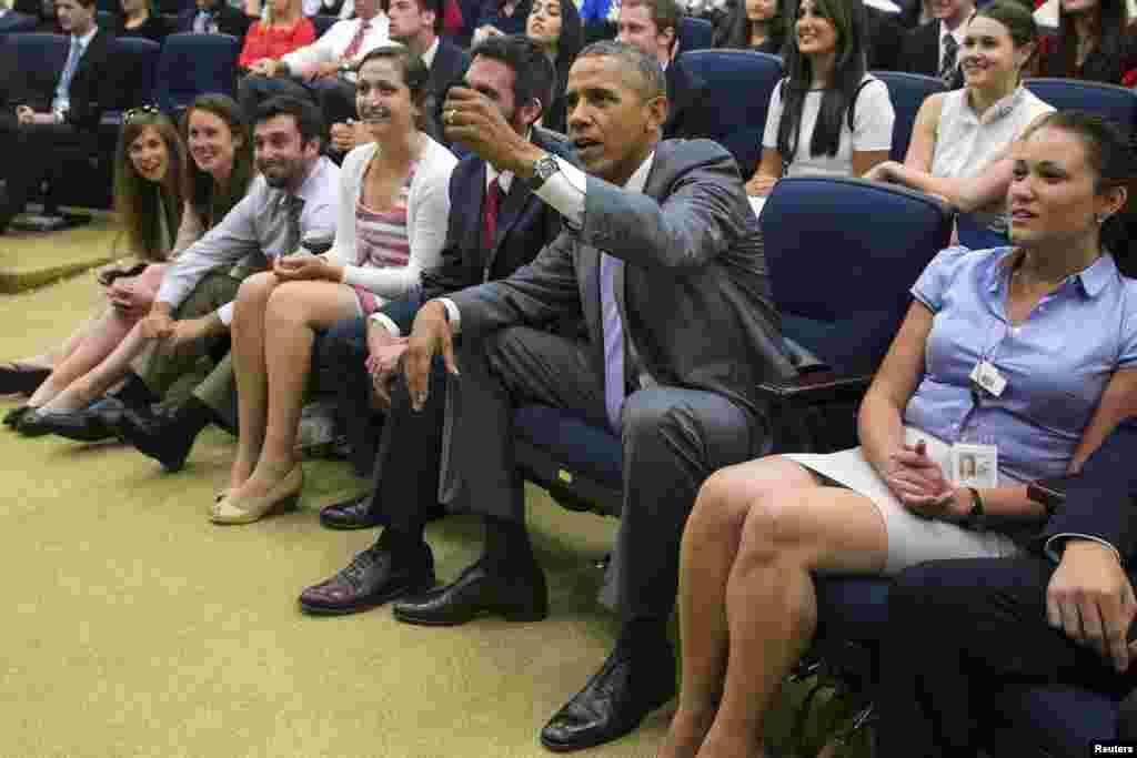 اسٹیڈیمز میں موجود ہزاروں تماشائیوں کے علاوہ ٹی وی پر میچ دیکھنے والے شائقین میں امریکی صدر براک اوباما میں بھی شامل ہیں۔