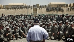 Robert Gates también se reunió con las tropas en la base de Sharana cerca de la frontera con Afganistán.