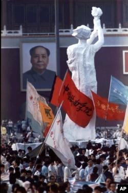 """1989年5月30日档案照片: 天安门广场上中央美术学院的""""民主女神""""的雕像"""