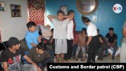 Los indocumentados son procesados por agentes del Servicio de Control de Inmigración y Aduanas.