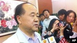 Nhà văn Trung Quốc Mạc Ngôn nói chuyện với các nhà báo sau khi ông được trao giải Nobel Văn chương tại Gaomin, tỉnh Sơn Đông, Trung Quốc, 11/10/2012