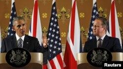 Presiden AS Barack Obama (kiri) dan PM Inggris David Cameron memberikan konferensi pers bersama pasca bertemu di London, Jumat (22/4).