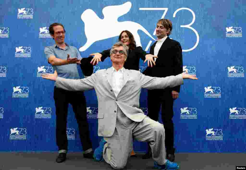کارگردان وین وندرز و بازیگران ردا کاتب، سوفی سمین و جنز هارزر از فیلم روزهای زیبای آرانجوئز.