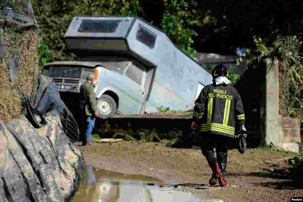 اثرات برجای مانده از سیل اخیر در ایتالیا. در این سیل بیش از ده نفر کشته شدند و این وضعیت یک خودرو در نزدیکی پالرمو در این کشور است.