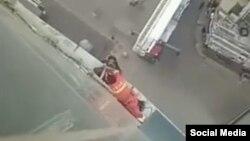 Nhân viên cứu hộ đang thuyết phục nữ sinh. Photo Weibo