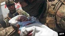 Афганские силы безопасности эвакуируют младенцев из кабульского роддома. 12 мая 2020г.