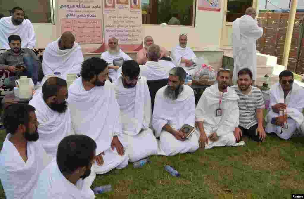Delapan Muslim dari Inggris yang bersepeda dari London ke Madinah untuk menunaikan ibadah Haji, berbincang di tenda mereka di Arafah, 10 Agustus 2019.(Foto: Reuters)