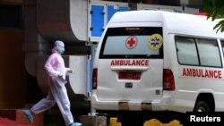 Seorang petugas medis berjalan ke arah ambulans dekat ruang isolasi di Rumah Sakit Sulianti Saroso, di Jakarta, 6 Maret 2020. (Foto: Reuters)
