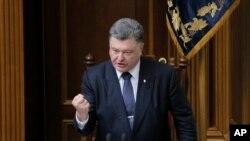 16일 우크라이나 키예프 의회에서 페트로 포로셴코 대통령이 연설하고 있다. (자료사진)