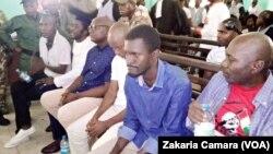 Les membres du FNDC avant leur libération à Conakry, Guinée, le 28 novemvre 2019. (VOA/Zakaria Camara)
