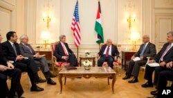 존 케리 미국 국무장관(가운데 왼쪽)이 19일 프랑스 파리에서 마흐무드 압바스 팔레스타인 자치정부 수반(가운데 오른쪽)과 회담했다.