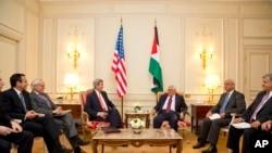 美国国务卿克里(中左)2014年2月19日在巴黎会晤巴勒斯坦权力机构主席阿巴斯(中右)。