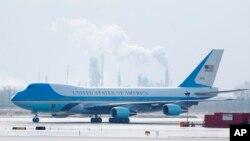 Antes de asumir la Presidencia el 20 de enero, Trump se reunió con los consejeros delegados de Lockheed Martin, Marillyn Hewson, y Boeing, Dennis Muilenburg, para tratar reducciones de costos.