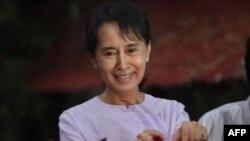 Аун Сан Су Чжи сразу после освобождения.