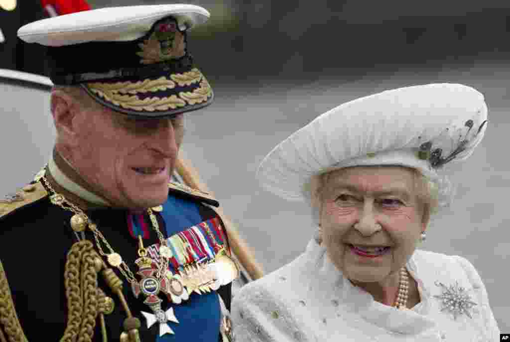 Britain's Queen Elizabeth and Prince Philip leave from Chelsea Harbour in London on a launch on the first part of their journey in the Diamond Jubilee River Pageant, June 3, 2012.