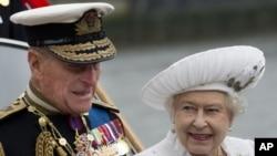 Pangeran Philip (kiri) saat mendampingi isterinya dalam salah satu acara 'Diamond Jubilee' memperingati 60 tahun Ratu Elizabeth II naik tahta (3/5). Pangeran Philip harus dirawat di rumah sakit akibat infeksi kandung kemih.