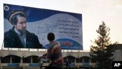 احمد شاہ مسعود کے بینرز اور پوسٹرز اب بھی افغانستان میں دکھائی دیتے ہیں۔ (فائل فوٹو)