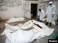 Petugas memeriksa jenazah korban serangan udara Saudi di rumah sakit Dhamar, Yaman (foto: dok). Lebih dari 20 ribu warga sipil tewas dalam konflik selama 6 tahun.