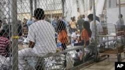 Autoridades estadounidenses aseguran que cuando una familia se presenta en un puerto fronterizo en busca de asilo no es separada.