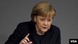 Kanselir Jerman, Angela Merkel berbicara di depan parlemen Jerman hari Jumat (2/12).