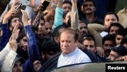 Mantan Perdana Menteri Nawaz Sharif, yang sementara dibebaskan dari penjara, tiba untuk menghadiri layanan pemakaman untuk istrinya, Kulsoom, di Lahore, Pakistan 14 September 2018. (Foto: Reuters/Mohsin Raza)