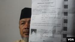 Hamim, pengurus pondok pesantren Al Mukmin di Ngruki, memegang ijazah salah satu pelaku teror di Solo. (VOA/Yudha Satriawan)