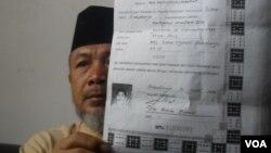 Juru bicara pondok pesantren Al Mukmin memegang ijazah salah satu terduga aksi teroris di Solo sebulan lalu. (VOA/Yudha Satriawan)