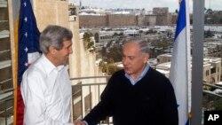 Menlu AS John Kerry (kiri) berjabat tangan dengan PM Israel Benjamin Netanyahu dalam pertemuan mereka di Yerusalem 13/12/2013.