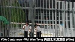 保安人員關上香港政府總部公民廣場新建的3米高大閘,不讓學民思潮成員進入公民廣場召開罷課記者會