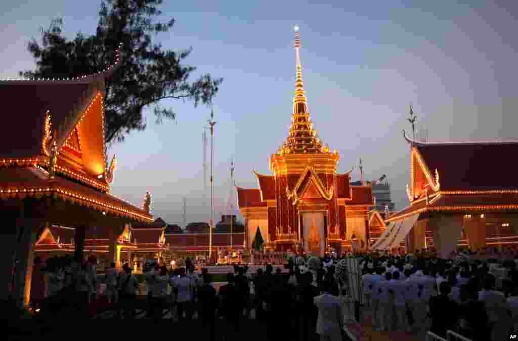 Na mjestu gdje je kremirano tijelo bivšeg kambodžanskog kralja Norodoma Sihanouka okupilo se na hiljade njegovih poštovalaca.