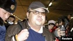 지난 2007년 2월 중국 베이징 공항에서 취재진에 둘러싸인 김정남.