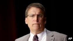 팻 매크로리 미국 노스캐롤라이나 주지사가 지난 4일 주정부 회의에서 성소수자 법과 관련해 발언하고 있다. (자료사진)