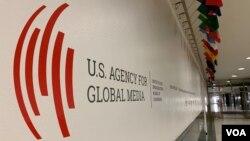 Logoja e USAGM (Agjensisë së Shteteve të Bashkuara për Mediat Globale) në hollet e Zërit të Amerikës