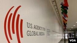 美国之音总部大楼走廊内的美国全球媒体总署标识。
