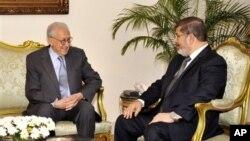 10일 이집트 카이로에서 무함마드 무르시 이집트 대통령(오른쪽)과 면담한 라크다르 브라히미 신임 시리아 담당 유엔-아랍연맹 공동 특사.