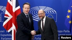 PM Inggris David Cameron (kiri) bersama pemimpin parlemen Eropa Martin Schulz di Brussels, Belgia, 16 Februari 2016 (Foto: dok).