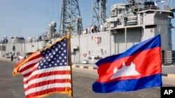 រូបឯកសារ៖ ទង់ជាតិសហរដ្ឋអាមេរិកនិងកម្ពុជាបក់រវេចនៅក្រុងព្រះសីហនុកាលពីថ្ងៃទី៩ ខែកុម្ភៈ ឆ្នាំ២០០៧ ដោយមាននាវាចម្បាំង USS Gary របស់សហរដ្ឋអាមេរិកនៅពីក្រោយ។ នាវាចម្បាំងសហរដ្ឋអាមេរិកបានចូលចតនៅកំពង់ផែក្រុងព្រះសីហនុជាលើកដំបូងនៅក្នុងប្រទេសកម្ពុជាក្នុងជាង៣ទសវត្ស។