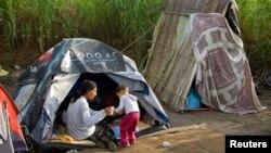 Ilustrativna fotografija romske porodice u kampu u predgrađu Rima (Foto: Reuters/Max Rossi)