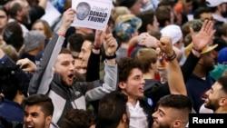 Người biểu tình hô vang sau khi ông Trump hủy cuộc mít tinh ở Chicago hôm 11/3.