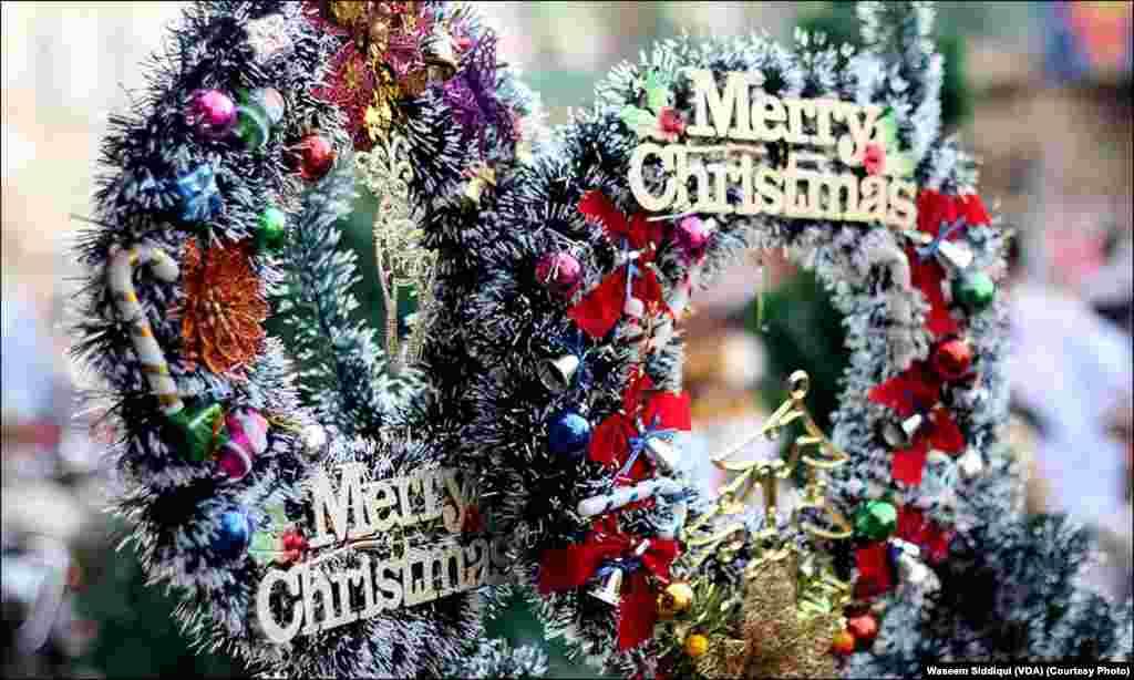 کرسمس کی خوشیوں کو دوبالا کرتا روایتی سجاوٹ کا سامان
