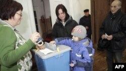 Cử tri bỏ phiếu trong cuộc tổng tuyển cử của Estonia ở Abja, 6/3/2011