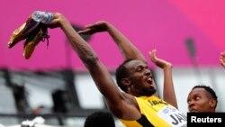 Usain Bolt de la Jamaïque amuse les spectateurs pendant la compétition féminine aux Mondiaux d'athlétisme, Londres, 12 août 2017..